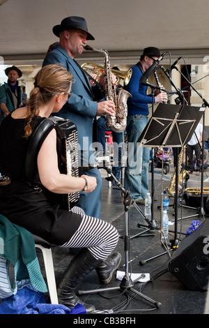 High Noon es un festival comunitario local Northcote Music Fest en Melbourne, Australia, banda tocando en el escenario.