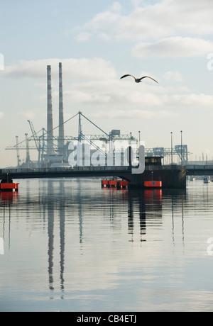 Poolbeg Power Station & East Link Bridge, el río Liffey, en Dublín. Foto de stock