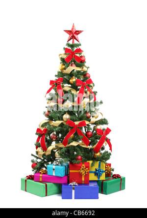 Árbol de Navidad y regalos.aislado en blanco.