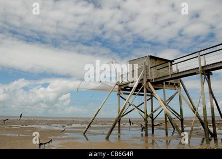 Cabañas de pesca sobre pilotes en la Bahía de desde Bourgneuf en Loire-Atlantique, Pays de la Loire, Francia Foto de stock
