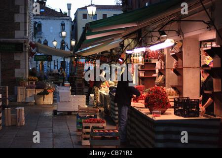 Temprano en la mañana - mercado de fruta y pescado de Rialto en Venecia, Italia