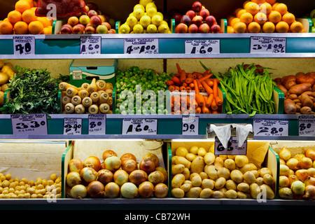 Foto de frutas y verduras orgánicas frescas en un mercado de granjeros cale.