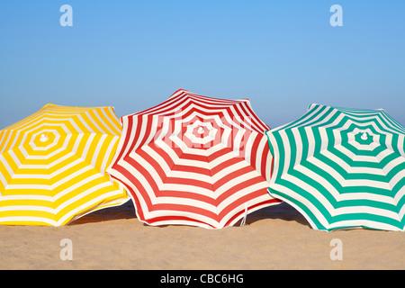 Fila de sombrillas de playa Foto & Imagen De Stock ...