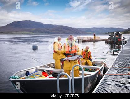 Pescadores trayendo en la captura de la barca