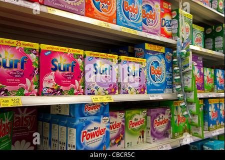 Cajas de detergente en polvo de venta en un supermercado británico