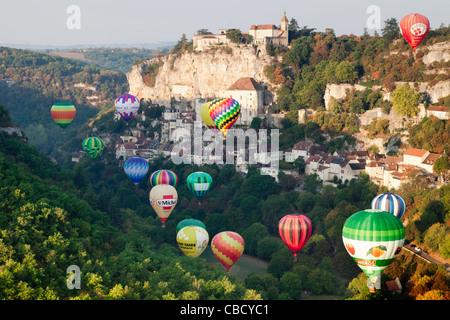 Los globos de aire caliente lugar justo después del amanecer en Rocamadour, Midi-Pyrénées, Francia Foto de stock