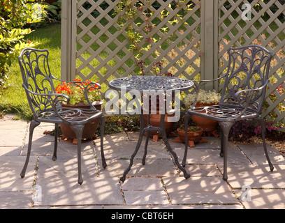 Ornamentado gris aluminio pintado de verde mesa y sillas con enrejado y jard n detr s - Mesa jardin plastico verde ...