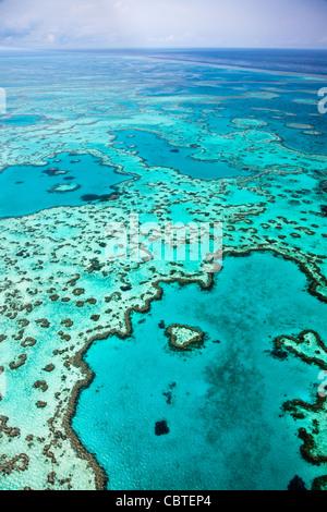 Hermosas vistas aéreas de corazón en el espectacular arrecife de la Gran Barrera de Coral, cerca de las islas Whitsunday de Queensland, Australia.