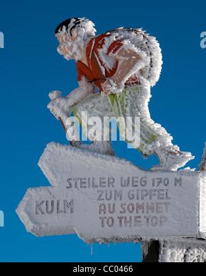 Poste de letrero congelado cubierto de nieve, Mt Rigi, Suiza