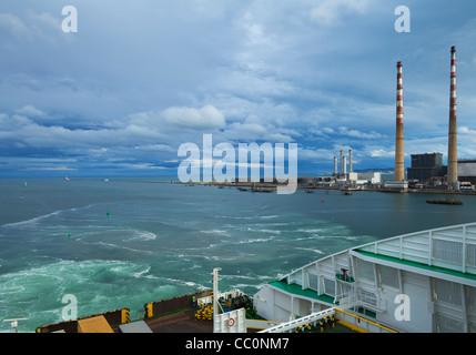Poolbeg Power Station, alias El Palomar, chimeneas gemelas del río Liffey, con más allá de la Bahía de Dublín, Dublín, Foto de stock