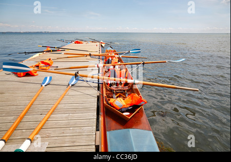 Solo scullers coxless y cuatro en el pontón jetty para un almuerzo durante una semana de actividades juveniles en Rungsted Club de Remo, al norte de Selandia, Dinamarca.