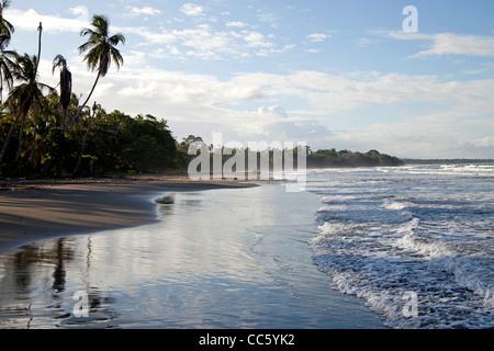 Playa Negra, una playa negra en la costa caribe en Cahuita, Costa Rica, Centroamérica