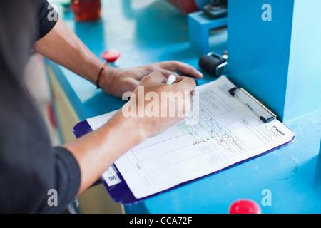 Hombre revisando los artículos en una factura