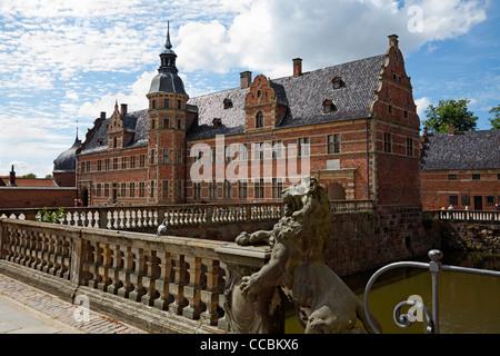 El castillo de Frederiksborg, de estilo renacentista holandés, y el puente sobre el foso en Hillerød, Sealand Norte, Dinamarca