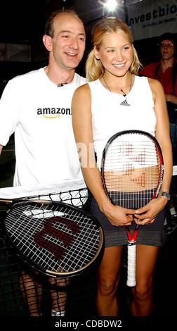 K32368AR.Anna Kournikova y Jeff Bezos (AMAZON.COM) .Presentar ANNA'S NUEVO SUJETADOR DEPORTIVO, .''Amortiguador''.EN LA REVISTA DE TENIS; .GRAND SLAM TENNIS DURANTE TODO EL DÍA .festival celebrado en GRAND CENTRAL TERMINAL DE VANDERBILT Hall de Nueva York, Nueva York. .22/08/2003. / 2003(Crédito Imagen: © Andrea Renault