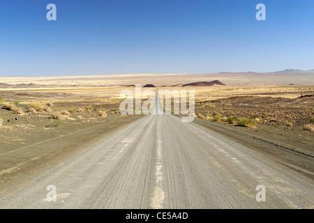 Camino de ripio en la región Karas del sur de Namibia.