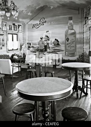 Bar de vinos retro y restaurante de estilo vintage con decoración y mobiliario en el interior estilo de los años 50. Fotografía en blanco y negro