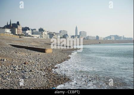 La playa de guijarros de Le Havre en el estuario del Sena, en Normandía, Francia