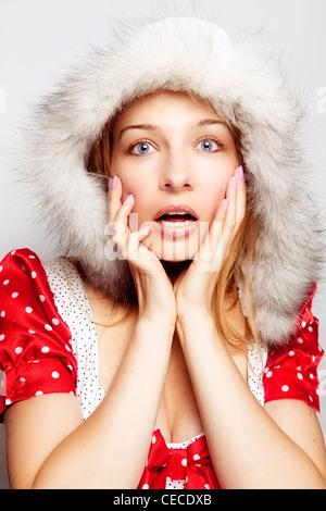 Concepto sorpresa de invierno - cute asombrado joven Foto de stock
