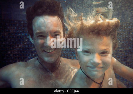 Padre e hijo nadar en piscina