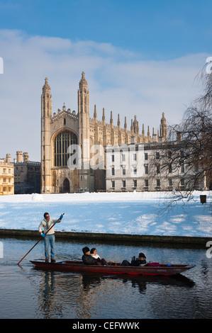 Remar a lo largo de río Cam en invierno con nieve Kings College Chapel en la parte trasera. Cambridge, Inglaterra.