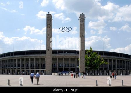 Estadio Olímpico de Berlín con los anillos olímpicos sobre la entrada principal.