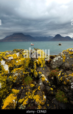Vistas a Loch Scavaig hacia la cresta de Elgol Cuillin en la Isla de Skye.
