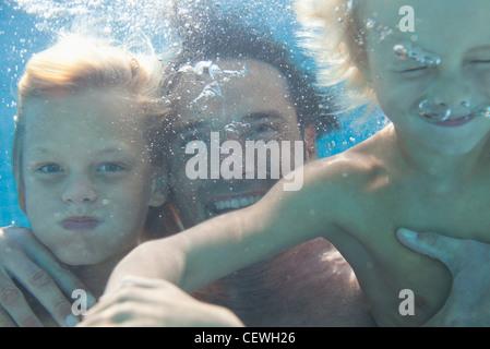 Padre e hijos nadar