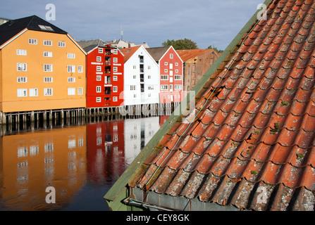 Almacenes de madera coloridas a lo largo de las orillas del río Nidelva en Trondheim, Noruega.