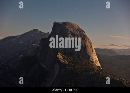 Half Dome, iluminadas por la luz de la luna como se ve desde el glaciar de punto - El Parque Nacional Yosemite, California