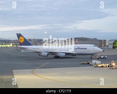 Lufthansa jet comercial de pasajeros en el aeropuerto Logan de Boston.