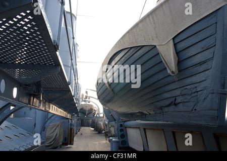 Ver a bordo del acorazado Aurora que es un crucero protegido ruso de 1900, un barco museo en el río Neva, en San Foto de stock