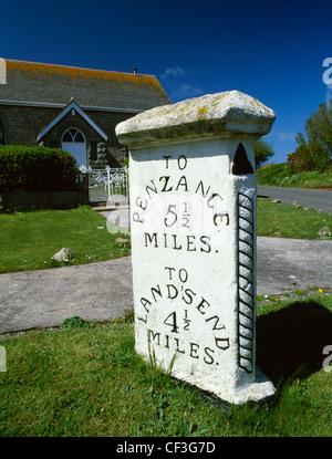 Un hito de tres caras y capilla convertida en un cruce en la carretera A30 entre Land's End y Penzance.