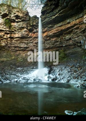 Fuerza Hardraw, Inglaterra la mayor cascada ininterrumpida, cayendo sobre el agua congelada en invierno.