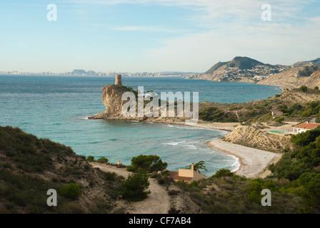 Costa escénica en Alicante, España, la ciudad en la línea del horizonte