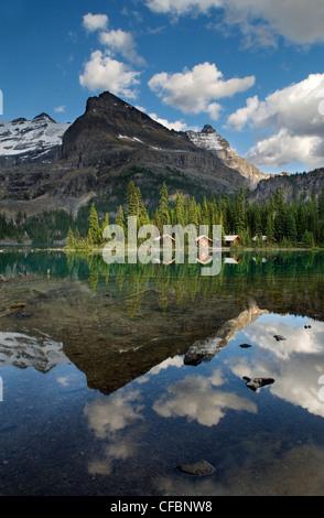 Cabañas en el lago O'Hara Lodge, Lago O'Hara, el Parque Nacional Yoho, British Columbia, Canadá