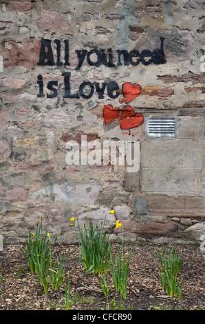 """""""Todo lo que necesitas es amor' graffiti en una pared de Edimburgo y el título de una canción de los Beatles."""