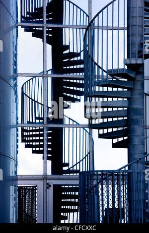 Escalera de caracol y su reflejo fuera Perlan, un moderno, alberga el Museo Saga, Reykjavik, Iceland, regiones polares Foto de stock