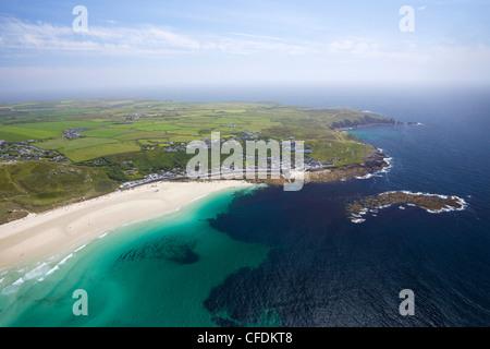 Foto aérea de Sennen Cove y de Lands End, en el oeste de la península de Penwith, Cornwall, Inglaterra, Reino Unido, Europa