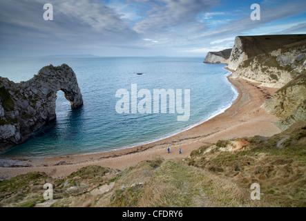 Una vista de la puerta de Durdle Swyre, cabeza y la cabeza de Bat con la isla de Portland, en el horizonte, la Costa Jurásica, en Dorset, Inglaterra, Reino Unido.