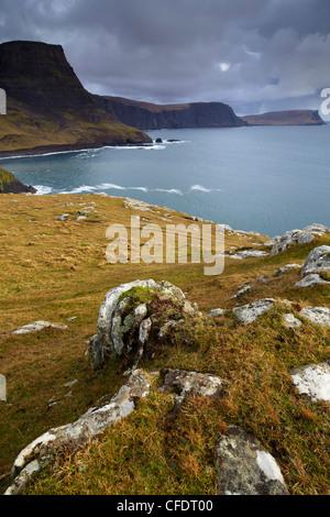 Una vista de Neist Point mostrando Ramasaig Waterstein Head y acantilados, la Isla de Skye, Escocia, Reino Unido, Foto de stock