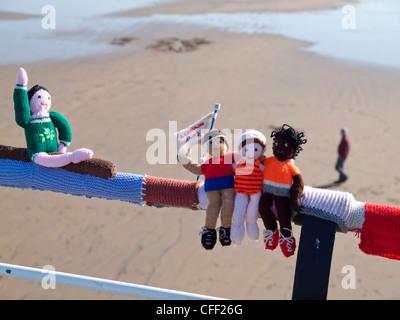 Bombardeo de hilados decorar lugares públicos con objetos tejidos aquí espectadores y el gimnasta olímpica sobre el pasamanos en Saltburn pier
