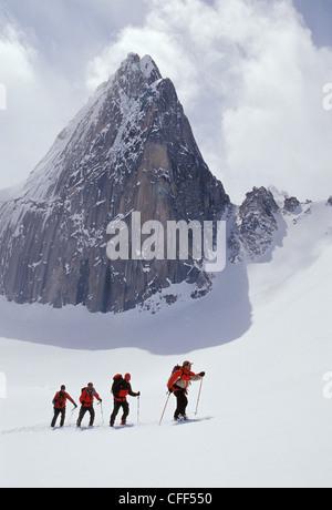 Los esquiadores de esquí de travesía touring cerca Snowpatch