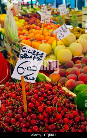Las cerezas para la venta en el mercado de frutas y verduras, Rialto, Venecia, Véneto, Italia, Europa