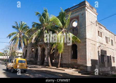 Diego Suarez ciudad y su Renault 4 amarillo taxis, norte de Madagascar