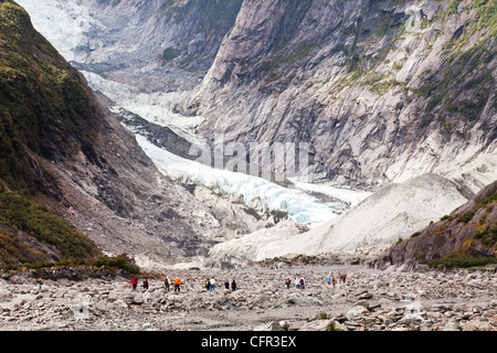 Los turistas que se acercan al terminal del glaciar Franz Josef, Costa oeste, Nueva Zelanda