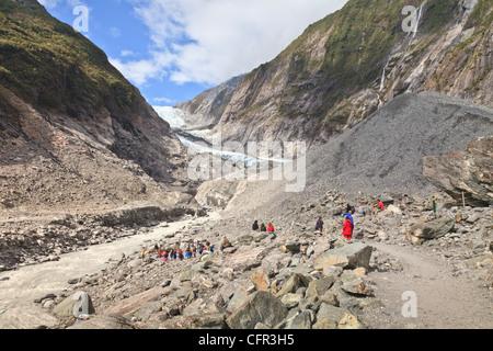 Los turistas, cerca de la terminal del glaciar Franz Josef, Costa oeste, Nueva Zelanda