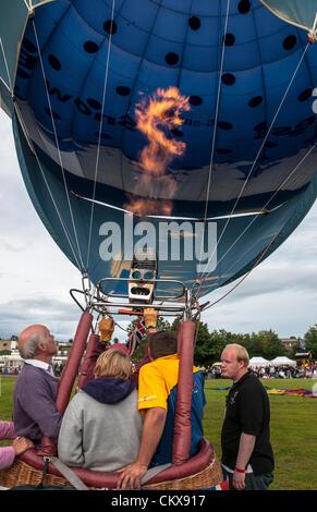 El 26 de agosto de 2012. G-SBIZ Cameron Z.90 Nieve globo libre de aire caliente de negocios está preparado para su lanzamiento en el festival de globos en Tiverton en Tiverton, Devon, Reino Unido.