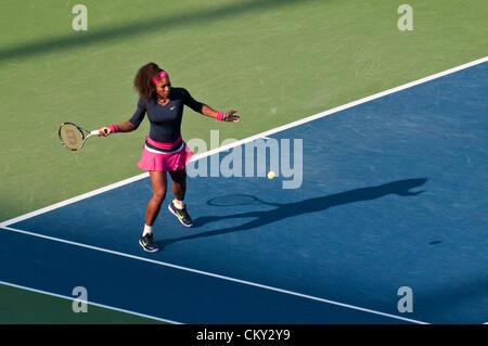 Serena Williams de los EE.UU. durante la segunda ronda de dobles de mujeres coinciden en el quinto día del 2012 US Open en agosto 31, 2012. Ella y su hermana, Venus Williams, están jugando contra Kristina Mladenovic, de Francia, y Klaudia Jans-Ignacik de Polonia en el Billie Jean King National Tennis Center en Flushing, Nueva York.