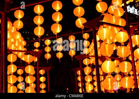 Hong Kong. El 30 de octubre de 2012. Festival de mediados de otoño, también conocido como el festival de la Luna y linterna festival era celebrado en Hong Kong. Linternas estaban encendidas y la gente se quedó hasta celebrando con sus familias en la noche comer pasteles de luna.